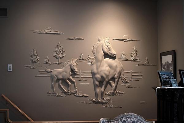 Artista hace diseños en paredes con masilla para drywall